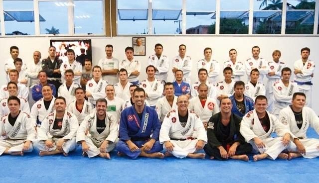 Professor Alexandre Marciano (in white) in front with his GB Joinville academy / Publicity photo