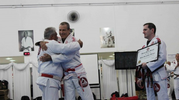 Delivery moment of the red and white belt by the hands of Master Mauricio Robbe to the founder of GB, Master Carlos Gracie Jr.